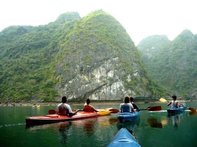 Chèo thuyền ở Vịnh Lan Hạ