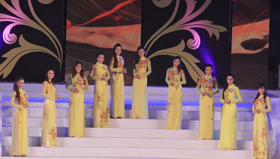 Các thí sinh duyên dáng tự tin trong phần trình diễn trang phục áo dài