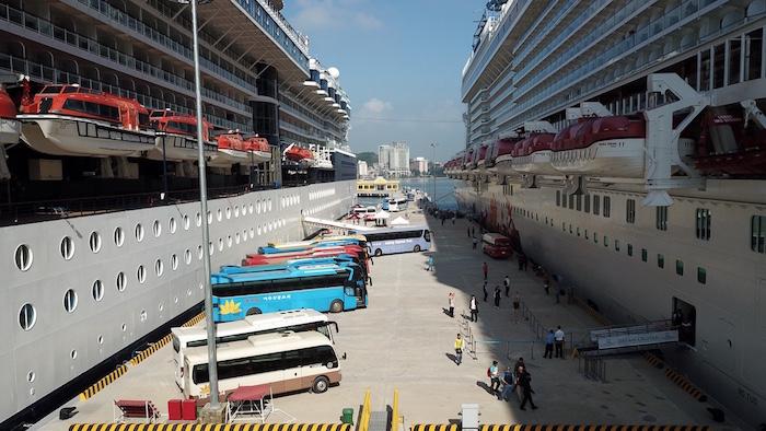 tàu quốc tế 5 sao đến Hạ Long