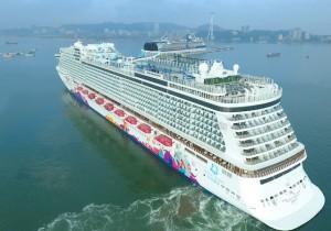 Hạ Long cùng lúc đón hai tàu du lịch quốc tế 5 sao