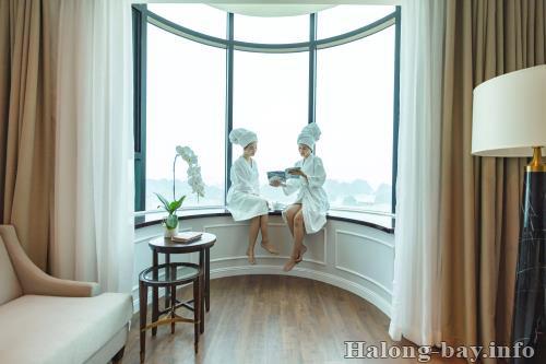 Check-in ô cửa sổ cực ảo tại khách sạn view cao nhất Hạ Long