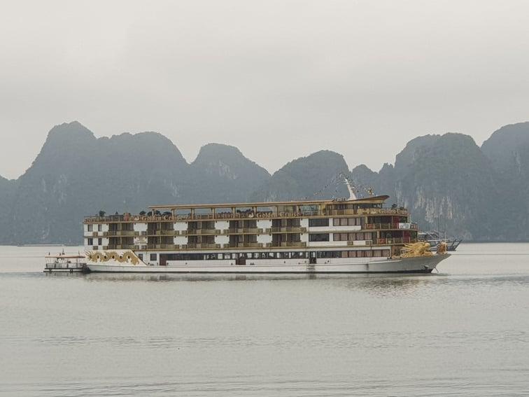 vịnh Hạ Long vắng vẻ khi ngưng đón khách